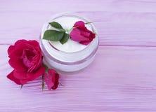 化妆用品玫瑰色瓶奶油有机保护生气勃勃自然手工制造在一种木背景商品组成 免版税图库摄影