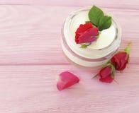 化妆用品玫瑰色瓶奶油有机生气勃勃自然手工制造在一种木背景商品组成 库存图片