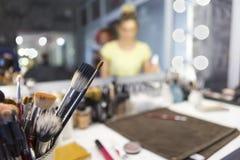 化妆用品的不同的刷子 组成与专业构成刷子的桌 Visagiste工具 免版税库存照片