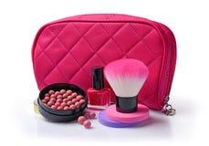 化妆用品的构成与指甲油,球的脸红,海绵、刷子和化妆用品袋子 库存照片