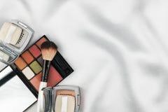 化妆用品的美好的图片在白色丝绸的 库存图片