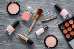 化妆用品设置了与自然构成的米黄和裸体口气在灰色木背景顶视图 免版税库存照片