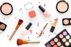 化妆用品设置了与自然构成的米黄和裸体口气在白色背景顶视图 免版税库存照片
