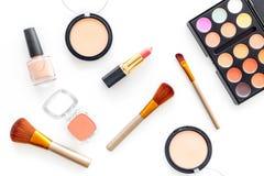 化妆用品设置了与自然构成的米黄和裸体口气在白色背景顶视图 图库摄影