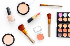 化妆用品设置了与自然构成的米黄和裸体口气在白色背景顶视图 免版税库存图片