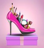化妆用品设置了入妇女站立在礼物的鞋子  库存照片