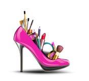 化妆用品设置了入妇女鞋子。 免版税库存图片