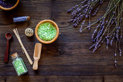 化妆用品集合用淡紫色草本和在瓶的海盐在木桌背景舱内甲板放置大模型 库存图片