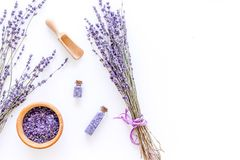 化妆用品集合用淡紫色草本和在瓶的海盐在白色桌背景舱内甲板放置大模型 库存图片