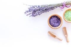 化妆用品集合用淡紫色草本和在碗的海盐在白色桌背景舱内甲板放置大模型 免版税库存照片