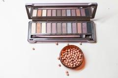 化妆用品:眼影和粉末与刷子 免版税图库摄影