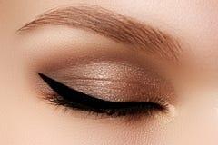 化妆用品&构成 与性感的黑划线员的美丽的女性眼睛 免版税图库摄影