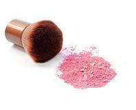 化妆粉末刷子和击碎脸红在白色隔绝的调色板 免版税库存图片