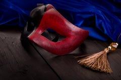 化妆舞会和蓝色天鹅绒的装饰的面具 免版税图库摄影