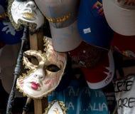 化妆舞会面具和盖帽。 库存图片
