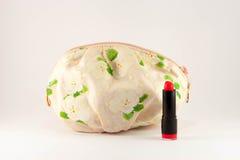 化妆袋子和红色唇膏在白色背景 库存照片