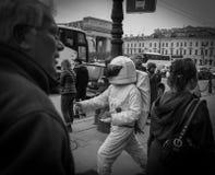化妆象圣彼德堡,俄罗斯街道的一位宇航员的男孩在2018年5月 库存图片