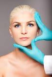 化妆整形外科医生感人的美学面孔 库存图片