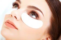 化妆治疗。与长的睫毛的妇女眼睛。 库存图片
