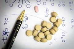 化学与棕色药片的反应惯例 免版税库存照片