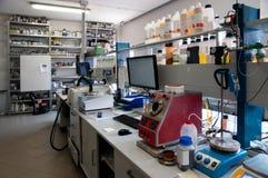 化学分析的实验室 免版税库存图片