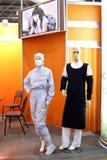 化学制品加工好的实验室时装模特工作者 图库摄影