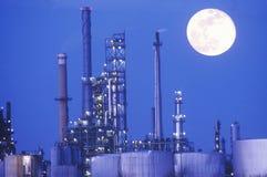化学制品和塑料工厂 免版税库存照片