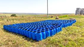 化学制品存贮的蓝色塑料桶  免版税库存图片