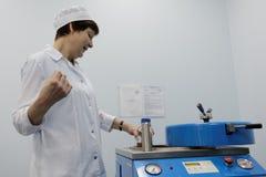 化学制品生物企业维塔的分析家做一个测试 免版税库存照片