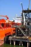 化学制品靠码头的罐车船 库存照片