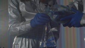 化学家在实验室里做药物 影视素材