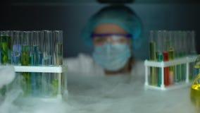 化学家开头冰箱和采取绿色透明液体样品,化妆水 股票视频