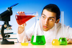 化学家试验的实验室 免版税库存图片