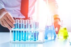 化学教授科学家在科学化学制品实验室 免版税库存照片