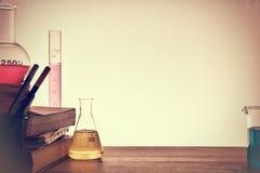 化学教的背景教室书桌  库存图片