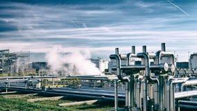 化工业-燃料的生产的精炼厂大厦 库存照片