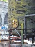化工储存箱在一个工业区 免版税库存图片