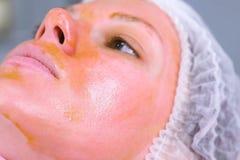 化工剥o妇女的面孔 清洗面孔皮肤和照亮雀斑皮肤 接近的装饰表面留给嘴唇桃红色结构树 侧视图 免版税库存图片