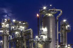 化工厂和月亮 免版税库存照片