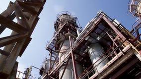 化工厂结构  关闭工业看法在炼油厂植物形式有日出的产业区域和多云 股票视频