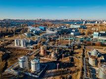 化工工厂工业区 鸟瞰图 管道连接的大大桶 免版税图库摄影