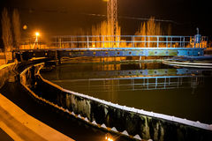化工工厂现代废水处理植物在晚上 免版税库存图片