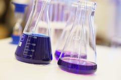 化工液体的特别玻璃实验室容器在桌上在期间的实验室分析并且测试 库存照片