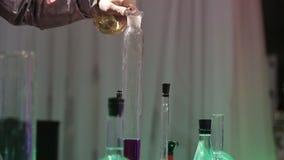 化工研究实验室 有液体的烧瓶 股票视频