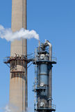 化工精炼厂烟窗塔管道 免版税库存照片