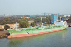 化工罐车被停泊在码头 免版税库存图片