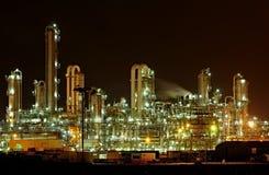 化工设备晚上生产 免版税库存照片