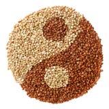 绿化并且油煎了形成yin杨标志的荞麦 库存图片