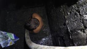 化粪池在胸口深刻的人的土浸没的浮渣擦净剂 股票录像