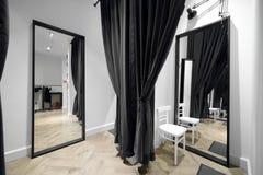 化装室内部布料商店的 库存图片